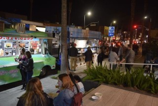 FoodTrucks- Comet BBQ & Street Kitchen & hungry People on Abbot Kinney