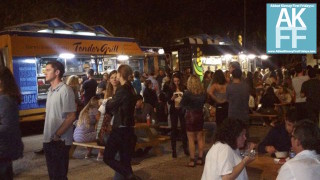 Food truck crowd at palms