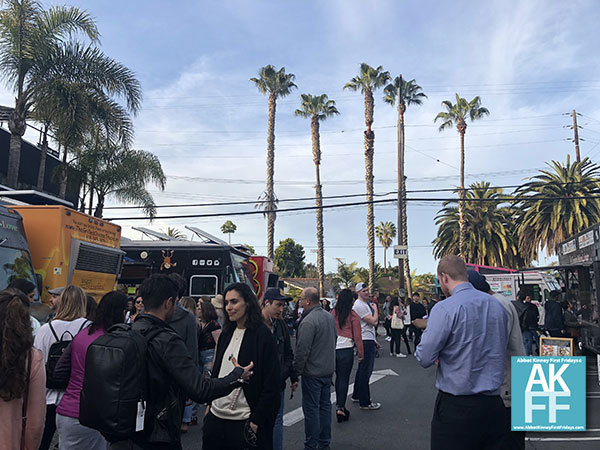 abbotkinney1st-foodtrucks-crowd-briglot-040218580x250
